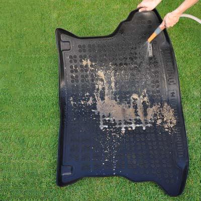 Eenvoudig schoonmaken van de rubber kofferbakmat